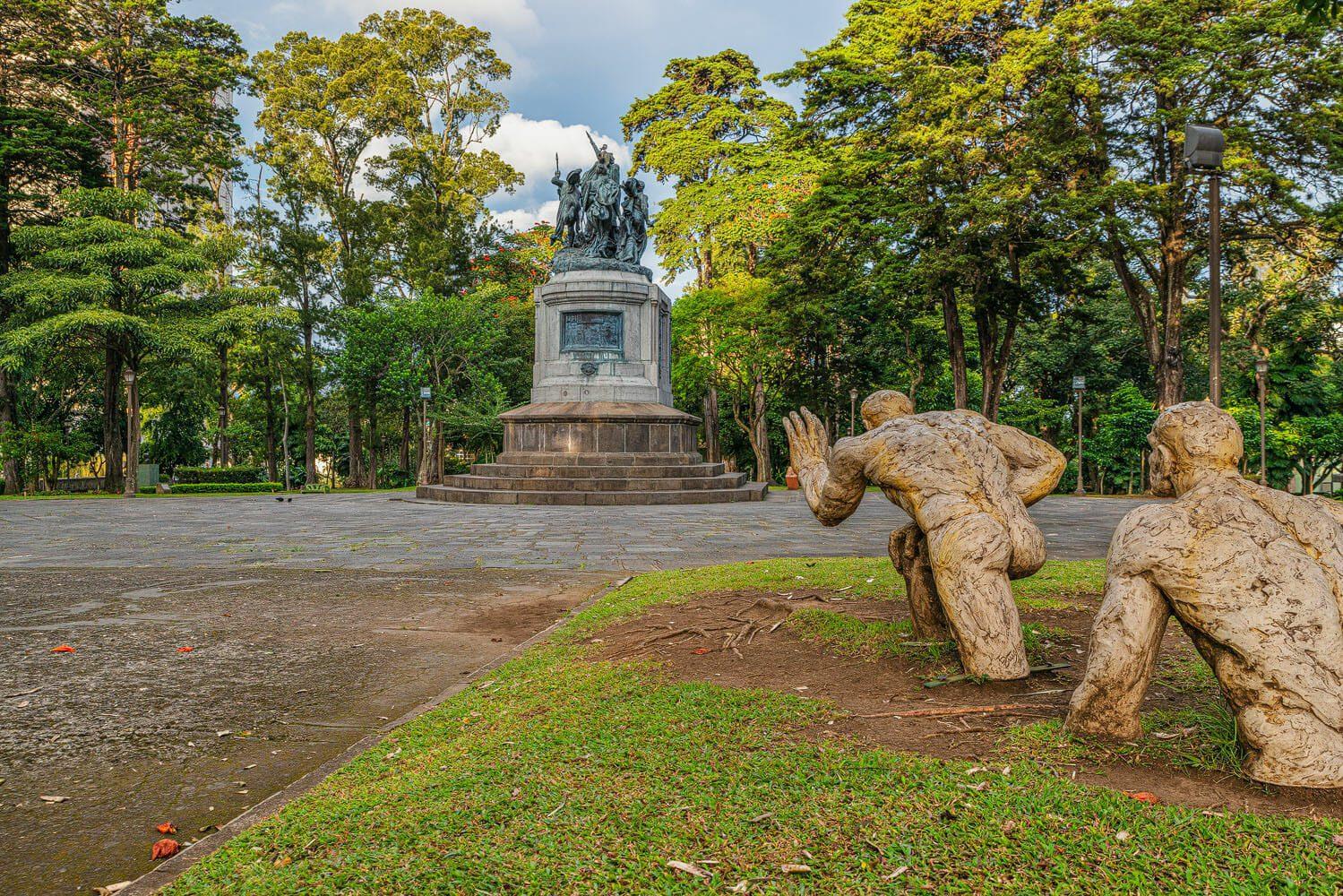 Sculpture Nuevo Paradigma and statue of the Battle of Rivas. Parque nacional San Jose